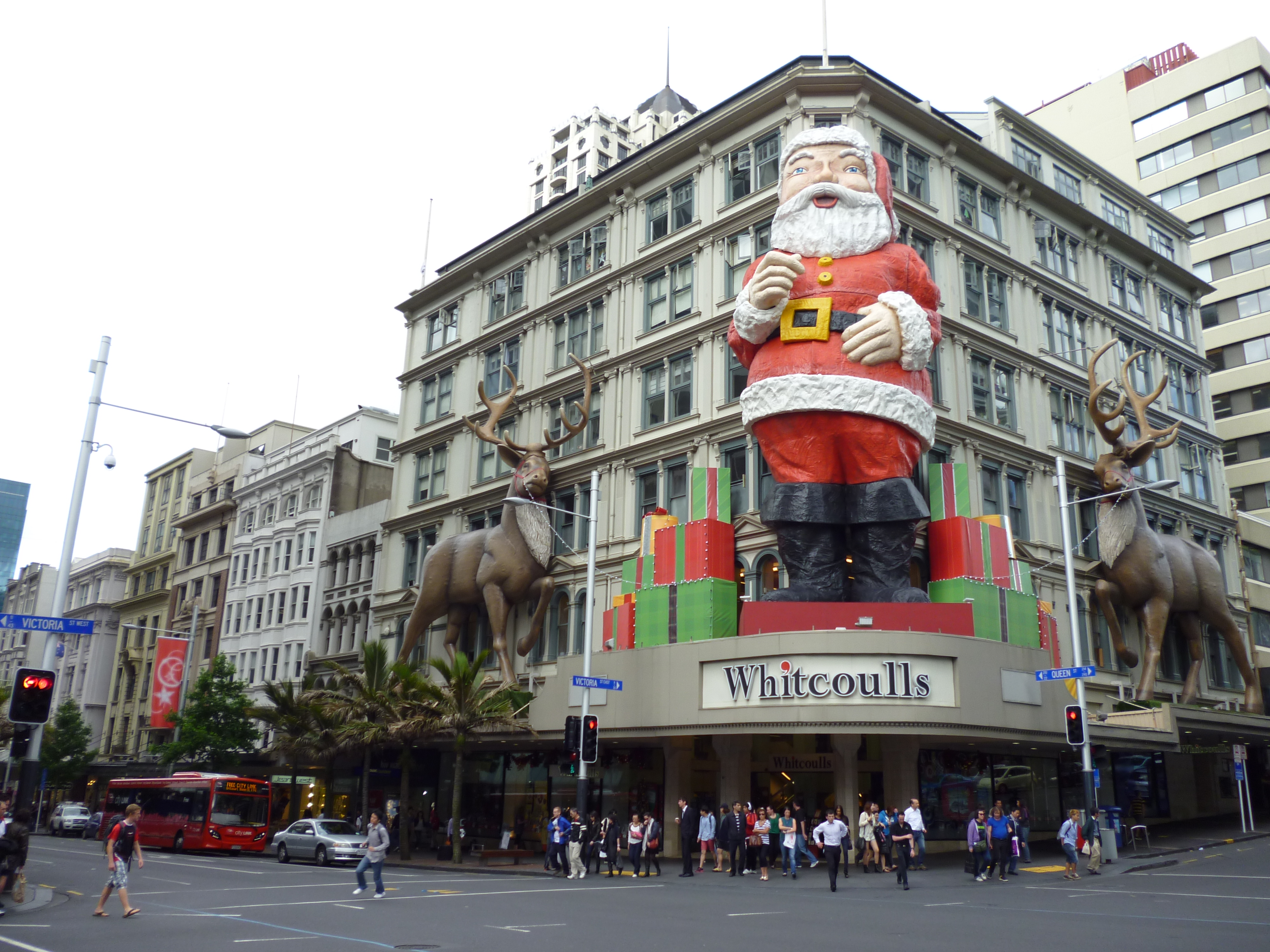 Auckland queen street goes christmasy